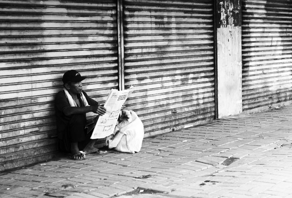 Pemulung Sampah Membaca Koran