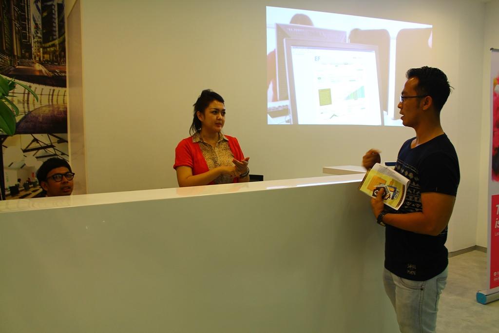 Karyawan English First FX Senayan dengan ramah menyambut kami