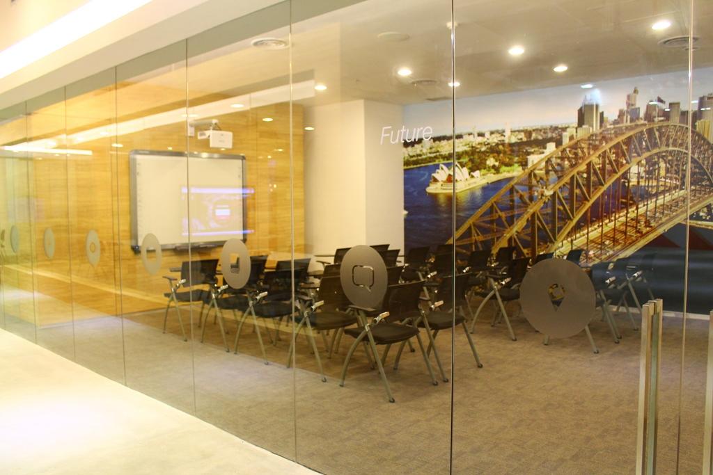 Biasanya ruangan ini digunakan untuk  workshop.  Ada banyak pelajar yang akan berdiskusi mengenai suatu tema yang ditentukan oleh native teacher.
