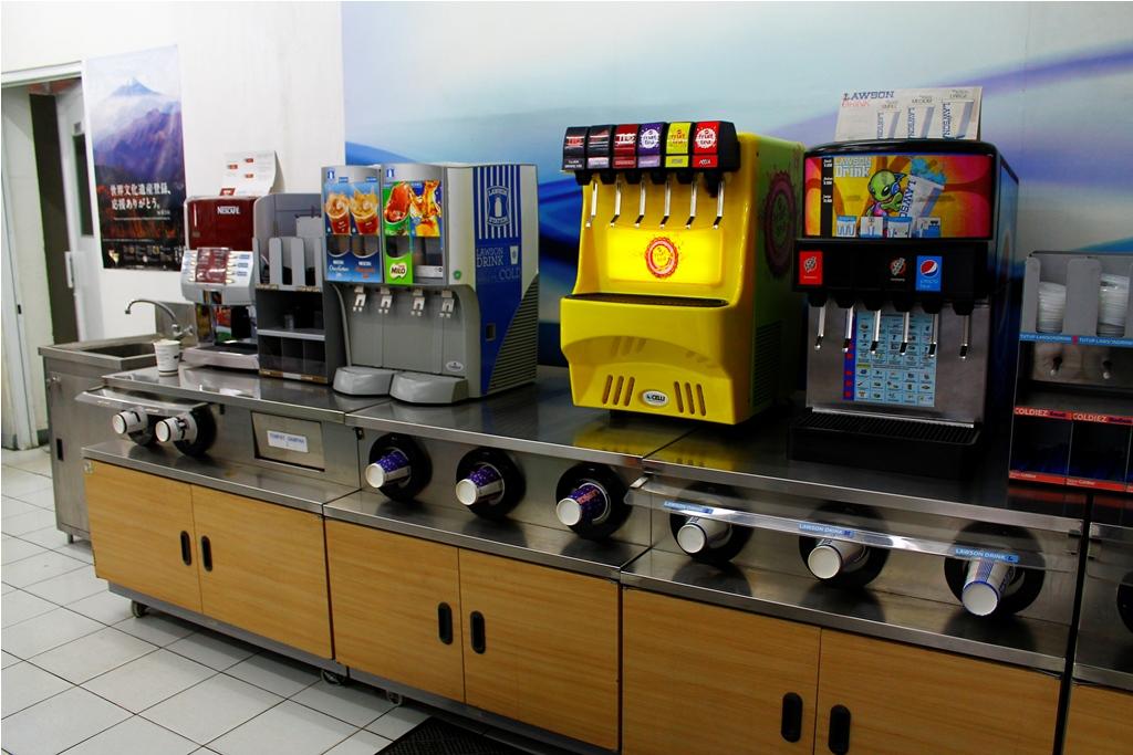 Mau minum yang anget-anget atau dingin-dingin? ada, serve your self!