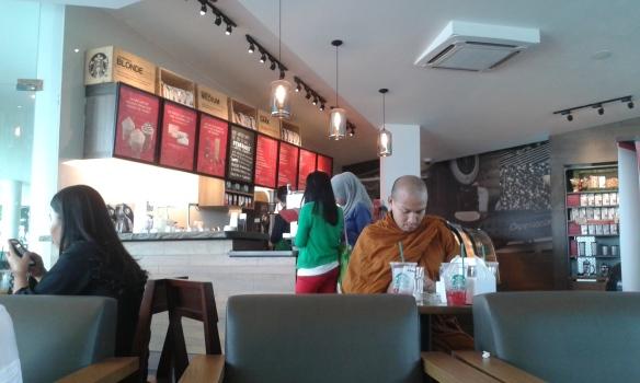 Ada Biksu juga lagi nyantai di starbucks